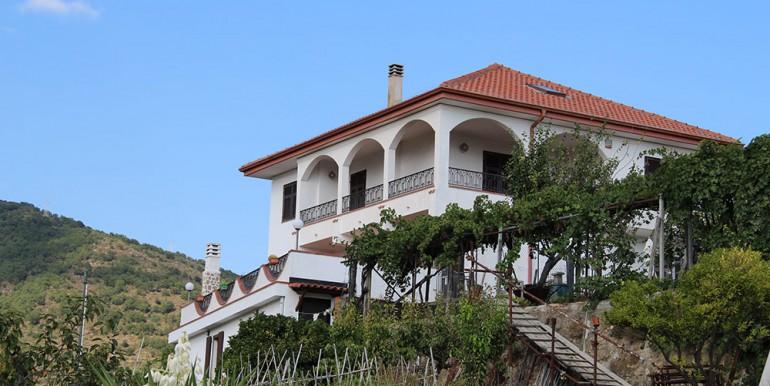 villa-for-sale-300-98-33